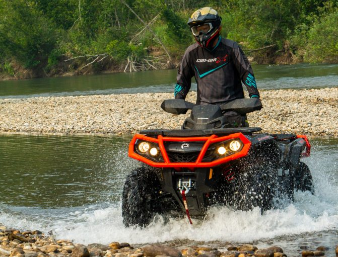 2019 Can-Am Outlander 1000R XT Standing